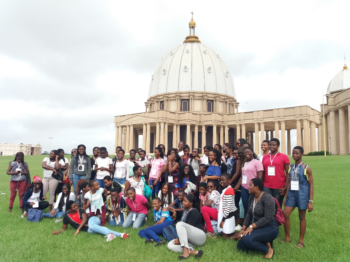 Camp Xavier 2018 photo du groupe devant la basilique
